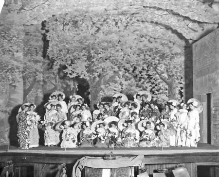 Cast of The Junction City High School operetta on stage, 1911